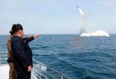 Ditador norte-coreano Kim Jong-Un inspeciona teste de míssil partindo de um SLBM (Foto: Arquivo/Kyodo/KCNA)