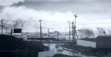 Tufão Lionrock provocou ondas acima de 10 metros no litoral de Ishinomaki (Foto: Kyodo)