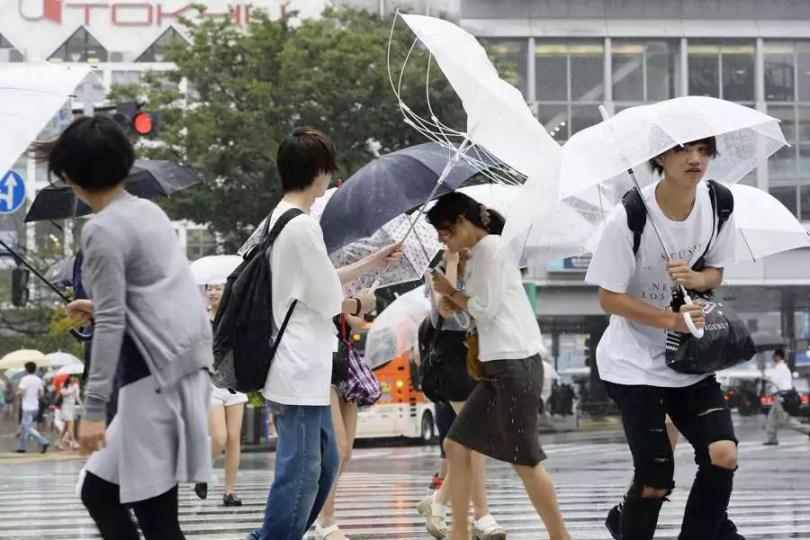 Tufão Mindulle levou ventos fortes à Tóquio nesta manhã (Foto: AP/Kyodo)