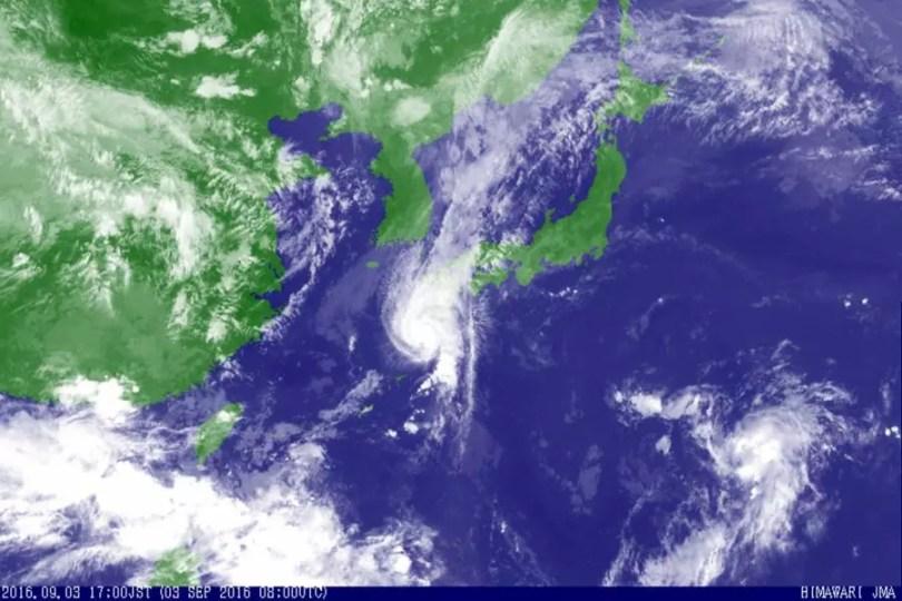 O mapa mostra a localização do Tufão Namtheun às 17h locais deste sábado (Foto: Kyodo/Satélite Himawari)