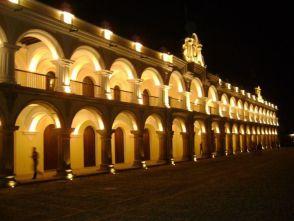 Antigua por la noche. Palacio de los Capitanes - foto por Patricia Rivas