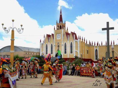 Tradicional Baile de Moros en la feria patronal de San Pedro Sacatepéquez, Guatemala - foto por Alex Presley