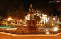 Antigua, parque central con iluminacion - foto opr Jacqui Chen