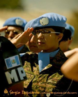 Mujeres del ejército de Guatemala - foto por Sergio Izquierdo.
