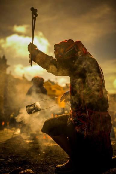 Ceremonia Maya, bendiciendo las baquetas para la marimba en Chichicastenango - foto por Ivan Castro