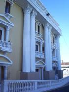 Columnas de la fachada del Teatro Abril - foto por skyscrapercity,com