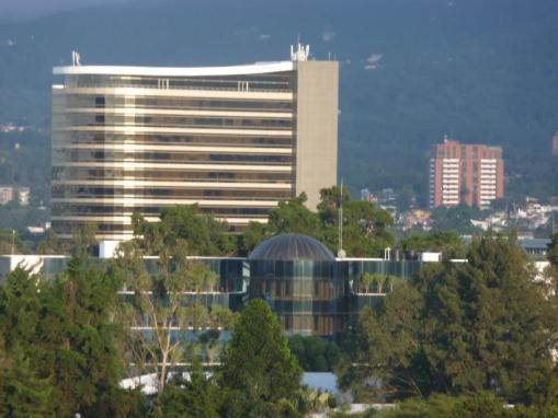 Arquitectura moderna en la capital, Diagonal 6, Zona 10 - foto por Arnoldo Santos