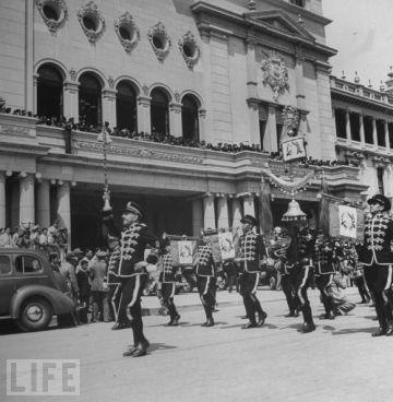 La Banda Marcial desfilando frente al Palacio Nacional, celebrando la revolucion de 1944