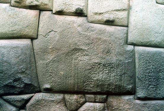 twelve-angle-stone-hatun-cuzco piedra angular descubierta en la antigua pared Inca revela increíble habilidad de los albañiles