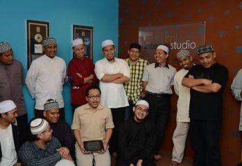 Suasana ceria antara artis-artis ketika merakamkan video promo Munsyid Bersama HIMPUN.