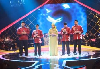Raihan bersama Rossa yang berduet dalam lagu Demi Masa dalam program Simfoni Religi studio 3 MNCTV Indonesia