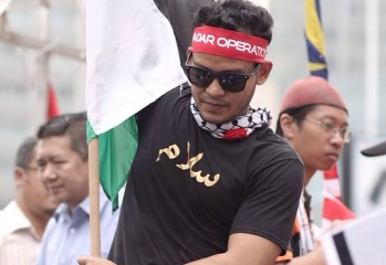 muadz hold palestine flag