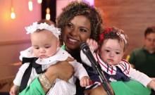 """Nívea Soares testemunha a """"bondade de Deus"""" com sua família e apresenta as gêmeas Alice e Isabela ao público; Assista"""