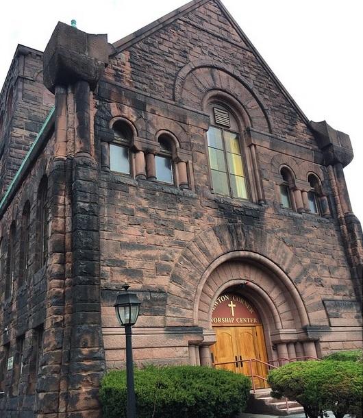 Imagem da fachada da igreja publicada por PG em seu perfil no Instagram