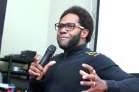 """Thalles Roberto diz que cantores gospel devem sair do meio evangélico para """"levar a palavra"""""""