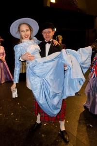 Lukáš Randák ve skotské sukni nese na rukou Denisu Grossovou