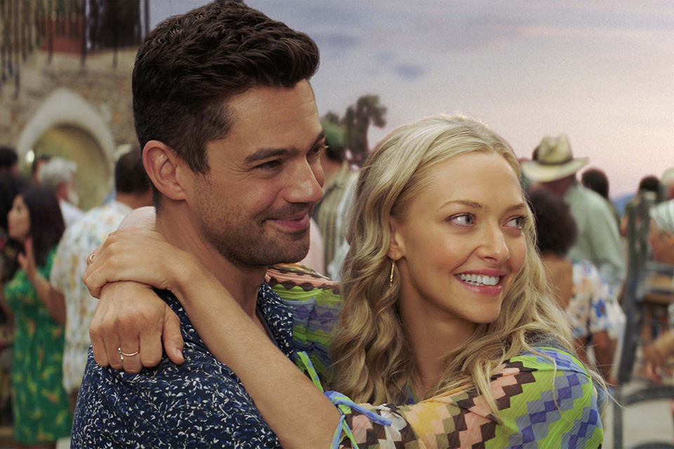 Dominic Cooper (Sky) a Amanda Seyfried (Sophie) Mamma Mia! Here We Go Again