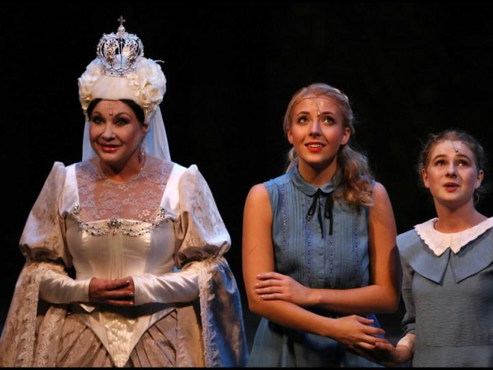Dagmar Patrasová (Bílá královna), Anna Julie Slováčková (Alenka) a Kateřina Průšová (malá Alenka)