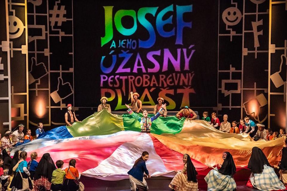 Josef a jeho úžasný pestrobarevný plášť v Plzni