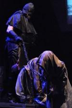 Kat (Lešek Semelka) s vyslýchanými čarodějnicemi
