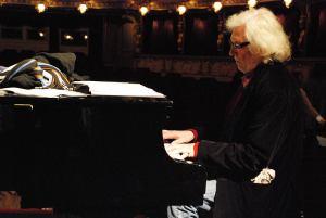 Petr Hapka u klavíru