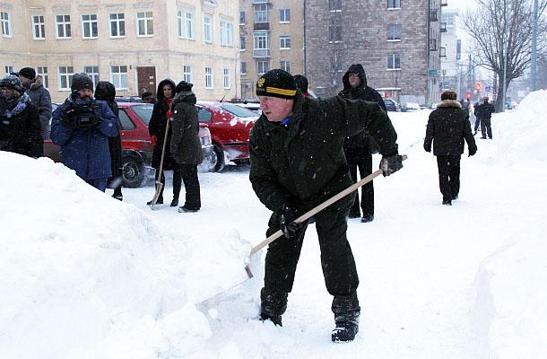 Губернатор вместе с подчиненными у роддома имени Гуткина. Фото: gov.karelia.ru