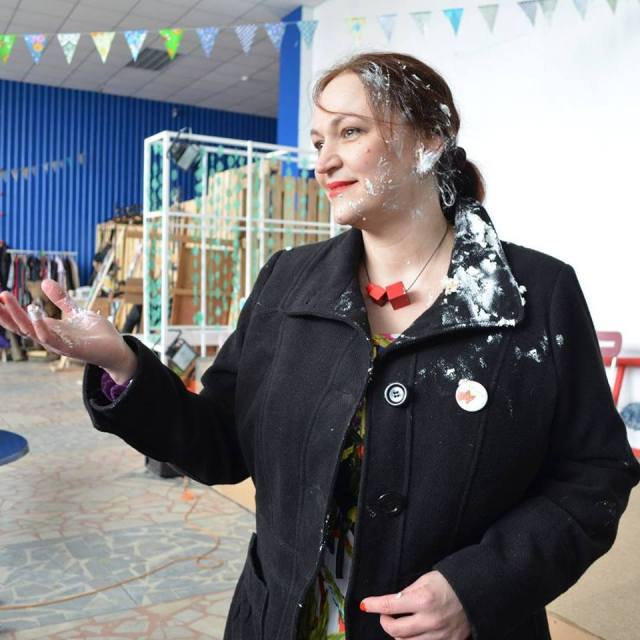 Блогер Наталья Ермолина подверглась атаке тортом. Фото: facebook.com
