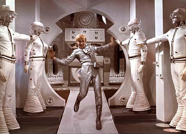 """Роботы в России все еще персонажи фантастических фильмов? Кадр из советского фильма """"Отроки во Вселенной"""""""