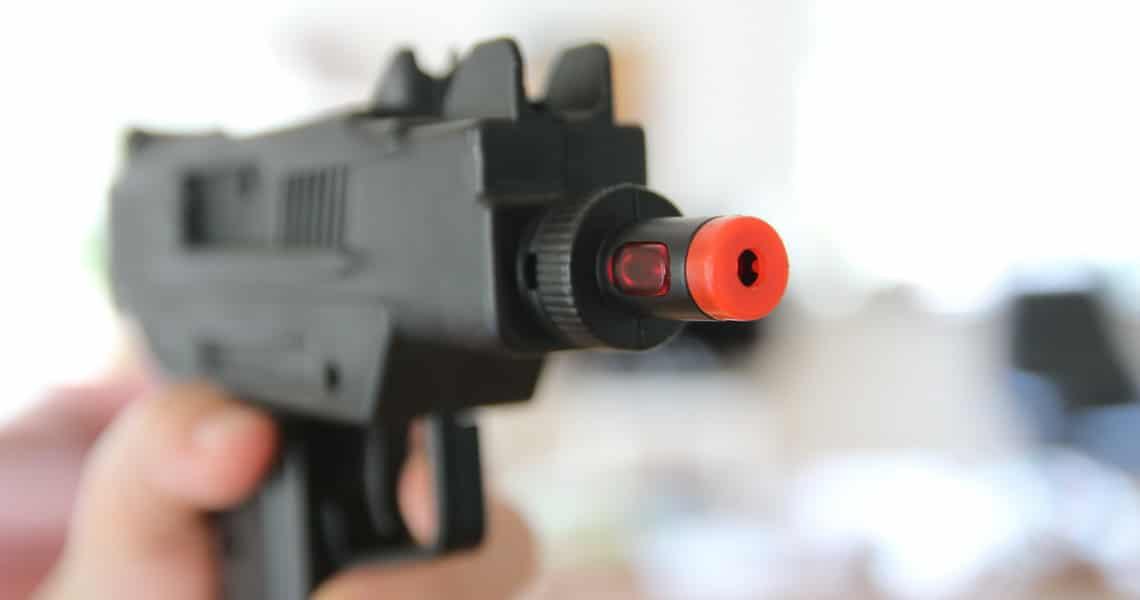 Kind mit Spielzeugpistole
