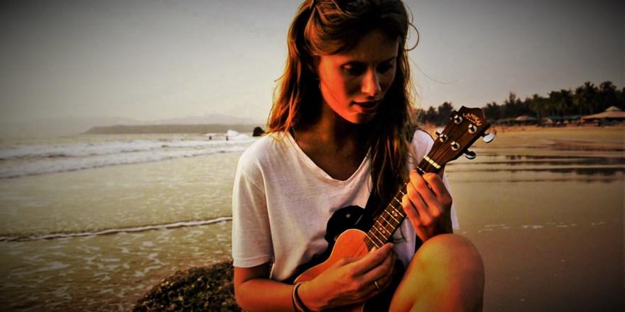 Z ukulele w tle