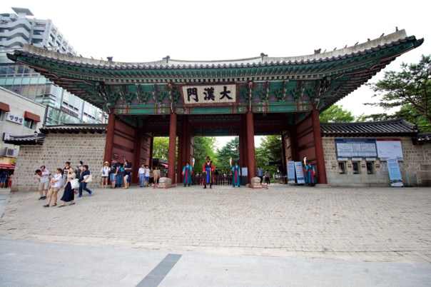 The entrance also had people dressed as Joseon soldiers.