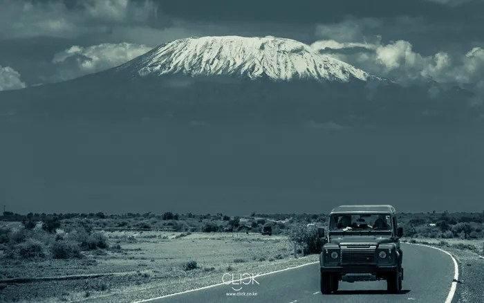 African-Screens-Wallpapers-Kilimanjaro-Landrover-Blog700px