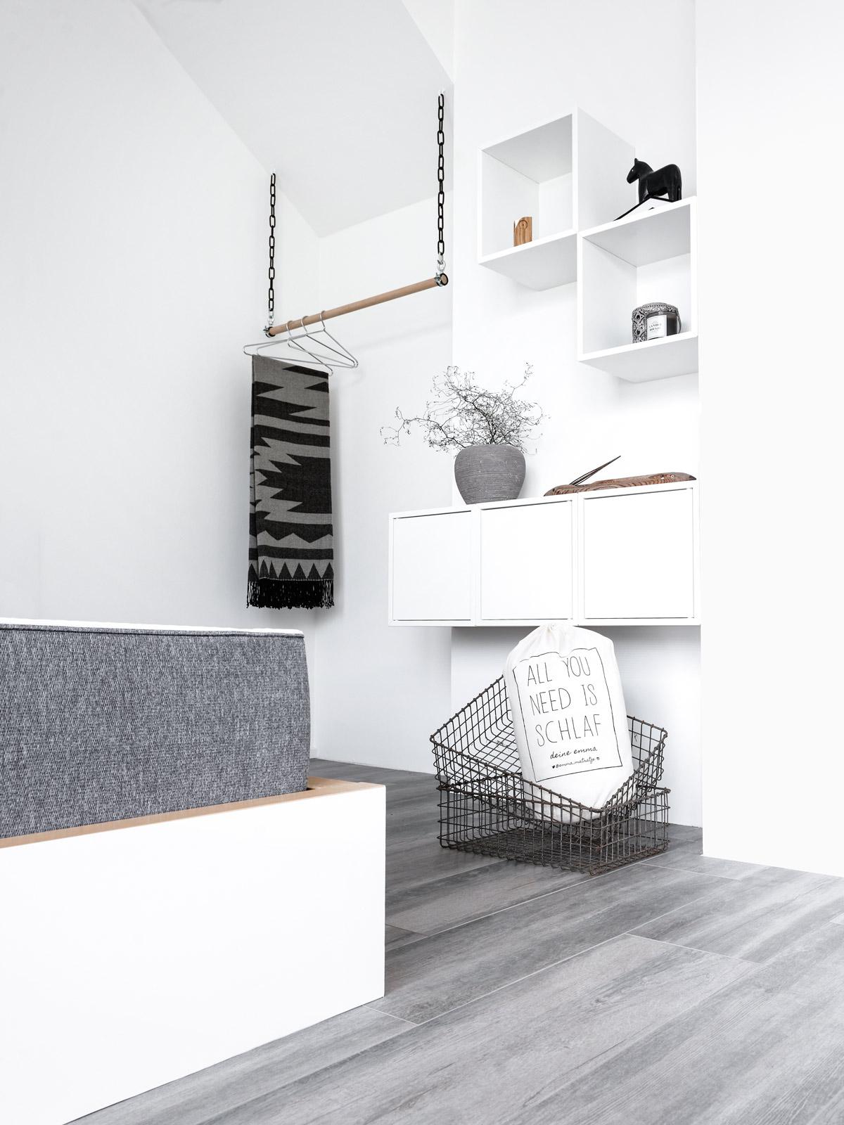 kleiderstange h ngend clothes hanging on market stall stockfotos and clothes. Black Bedroom Furniture Sets. Home Design Ideas