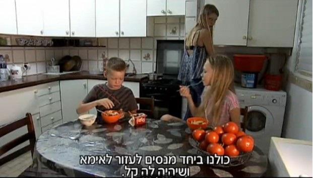 Sofia Mechetner, 14, cozinha para seus irmãos, até sua mãe chega em casa do trabalho. (Fonte: Channel 2)