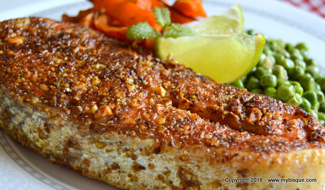 Somon in crusta de Dukkah cu mazare si cartofi dulci