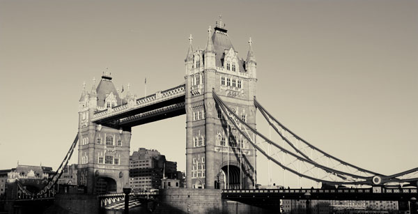 tower-bridge-bnw