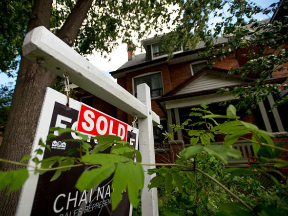 Scorching Toronto, Vancouver housing markets push Canadian home sales higher in October 2015