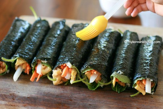 Pasting sesame oil on Kimbap