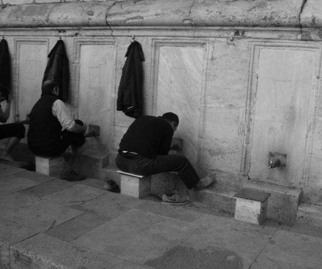 Οι πιστοί πλένουν τα πόδια τους, προτού εισέλθουν στο Τζαμί