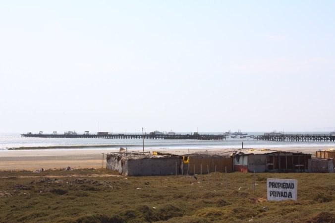 Blick von den Ferienhäusern zur Mole, Puerto Chicama