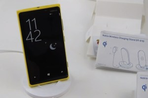 Video: Nokia Wireless Charging Stand unboxing and demo with Nokia Lumia 920.