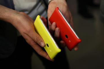 Lumia_925_charging_cover_red_yellow