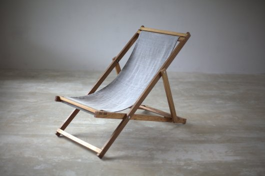 Foldable cedar deck chair with removable jean textile