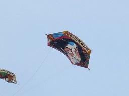 空に舞う東京中之島会の大凧