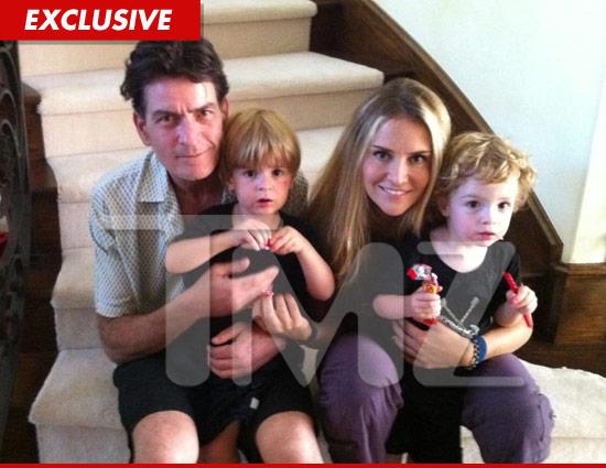 Foto de charlie Sheen e esposa com os 2 filhos no colo