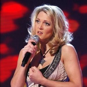 Foto da Cantora Kerry McGregor segurando um microfone
