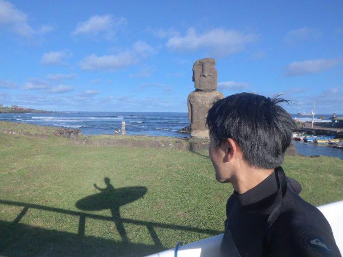 モアイを見ながらサーフィン in イースター島