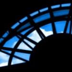 半円の飾り窓と空