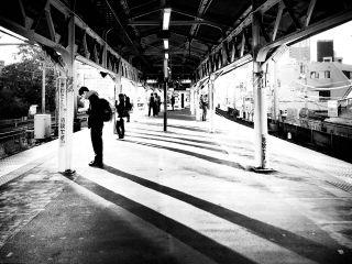 【高解像度】駅のホームに長く伸びる影