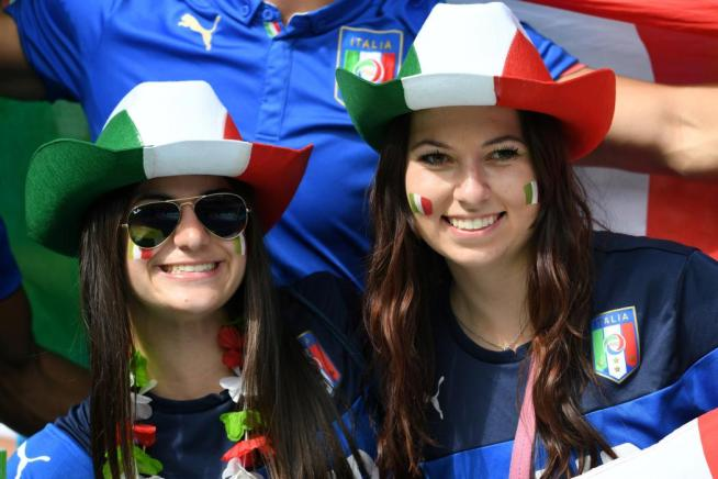 Italy supporters pose ahead the Euro 2016 round of 16 football match between Italy and Spain at the Stade de France stadium in Saint-Denis, near Paris, on June 27, 2016. / AFP PHOTO / VINCENZO PINTO